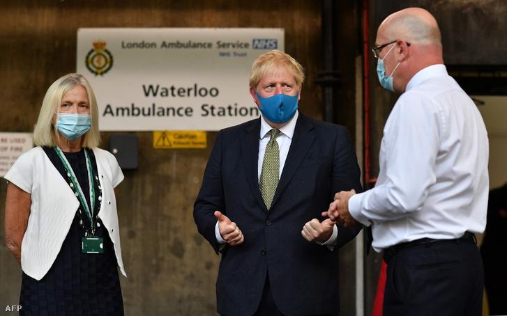 A szájmaszkos Boris Johnson a londoni mentők igazgatójával egyeztet. A miniszterelnök újabban maszkban mutatkozik nyilvánosan