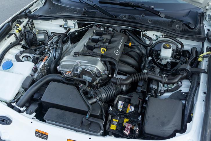 Orrközépmotor, ahogy azt a hagyományok megkövetelik. A kétliteres, 184 lóerős motorhoz azért már komoly önmérséklet kell
