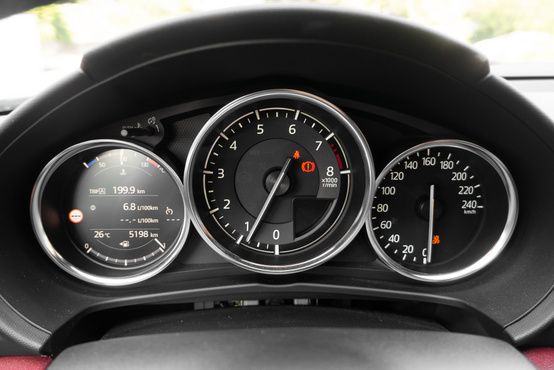 Beleraktam volna a Mazda 3-as gyönyörű óracsoportját, így kicsit snassz. A 6,8-as fogyasztás elég komoly szerpentines tiprás, és egy szigorúan szabálykövető, 40 kilométeres országutas rész után jött ki