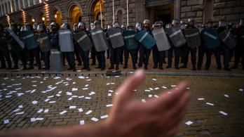 Két rendőr és egy tüntető is megsebesült kedd éjjel Bulgáriában