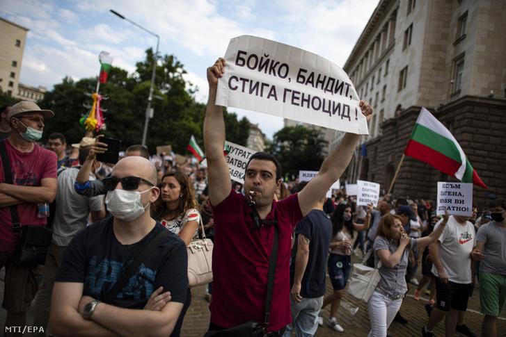 Kormányellenes tüntetők a Bojko Boriszov vezette bolgár kormány távozását követelik Szófiában 2020. július 14-én.