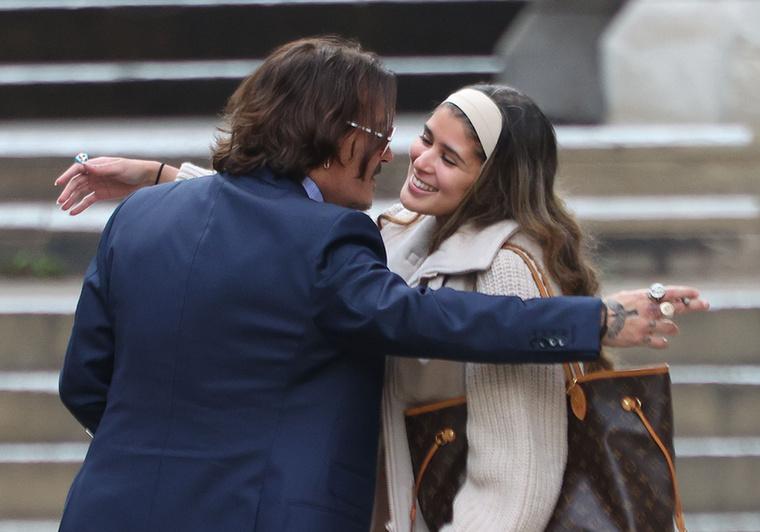 Úgyhogy Depp ismét félretette a cigarettáját, és ölelkezett még egyet a nővel.