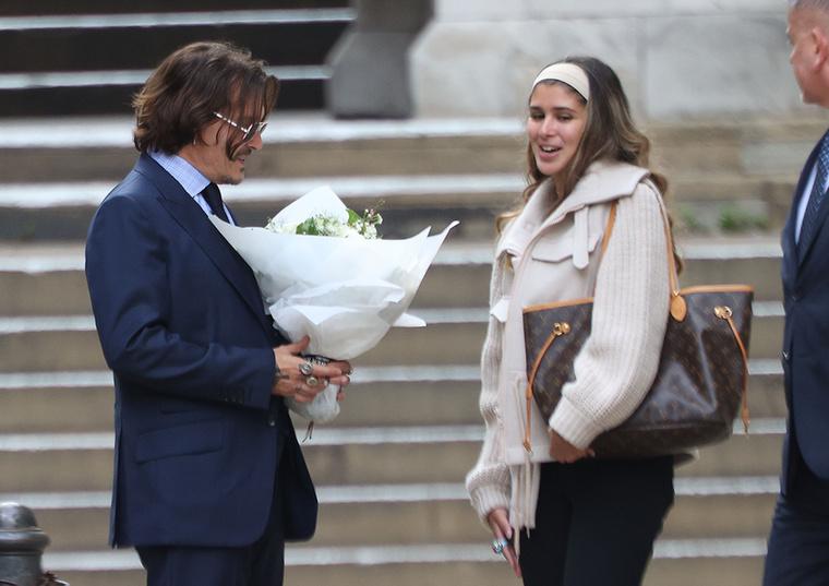 A színész kissé megilletődve szemlélte meg a gondosan összeválogatott virágszálakat, amíg rajongója izgatottan várta, hogy ezután vajon mi jön.