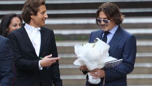 Johnny Depp virágcsokrot kapott egy nőtől a tárgyalása után