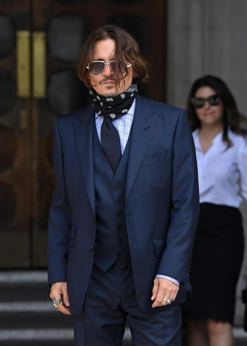 Johnny Depp így jelent meg a július 14-ei tárgyaláson.