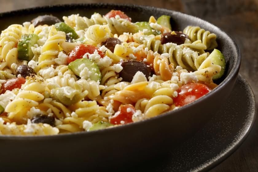 Zöldséges, fetás tésztasaláta görögösen: jól behűtve igazán finom