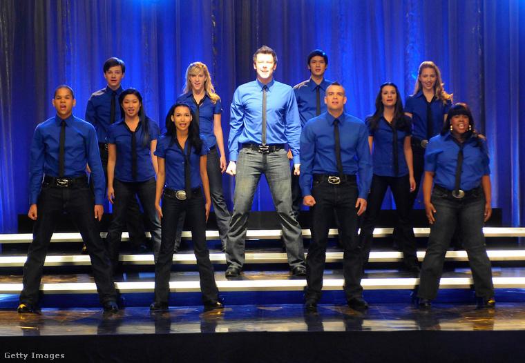 A Glee egy középiskolában játszódott, és bár a tanárok közül is sokan főszereplőnek számítottak, most csak a sztori középpontjában álló énekklub tagjait alakító, fiatal színészekre koncentrálunk, akik ezen a 2009-es képen láthatók