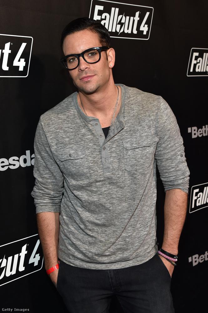 2015 decemberében, bő fél évvel azután, hogy adásba került a Glee utolsó epizódja, amiben Salling is szerepelt, a színészt letartóztatták, mivel azt találták, hogy gyermekeket ábrázoló, pornográf felvételeket töltött le az internetről