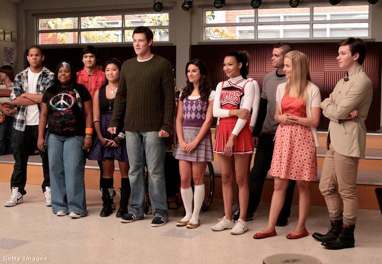 A napokban elhunyt, ezen a fotón balról negyedikként látható Naya Rivera halála kapcsán most újra több figyelem irányul a Glee című musicalsorozatra, aminek első, 2009 őszén indult évadából való ez a kép