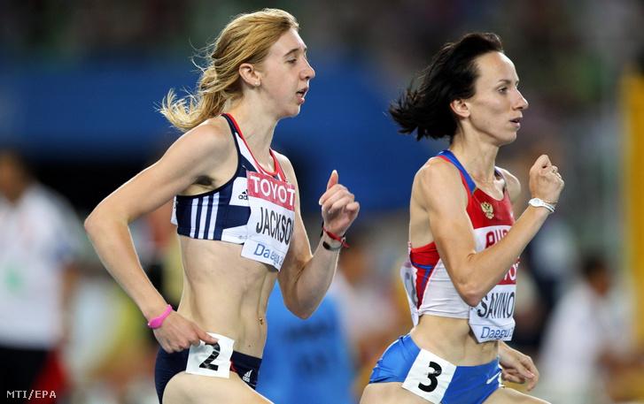 A brit Emma Jackson és az orosz Marija Szavinova a tegui atlétikai világbajnokság nõi 800 méteres síkfutásában.