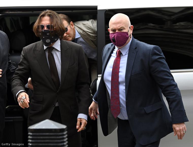 Depp és Malcolm Connolly megérkeznek a tárgyalásra