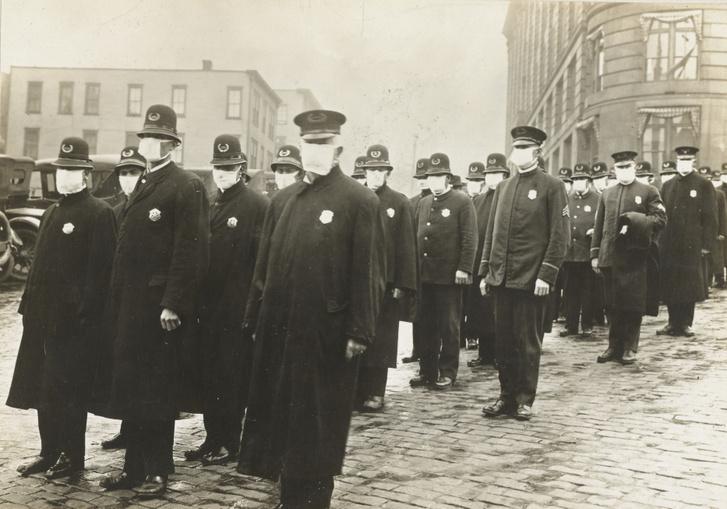 Seattle-i rendőrök a Vöröskereszt által készített maszkban 1918 decemberében.