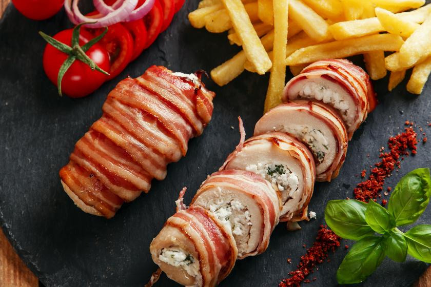 Fetával töltött, baconben sütött csirkemell: villámgyorsan kész az ebéd