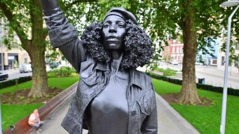 Egy BLM-tüntető szobra került a bristoli rabszolgakereskedő helyére