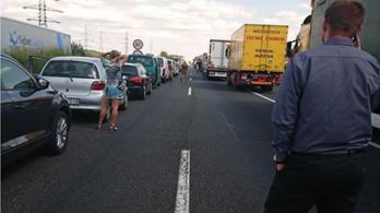 Halálos baleset történt az M1-es autópályán Győrnél, áll a forgalom Budapest felé