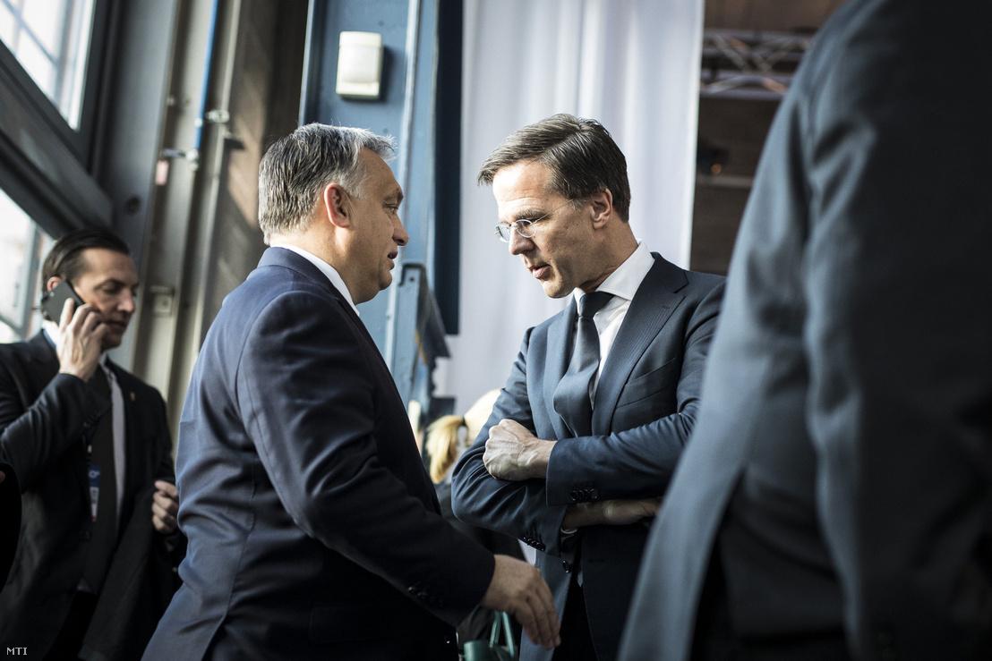 Orbán Viktor (balra) és Mark Rutte beszélget az Európai Unió 2017-es göteborgi csúcstalálkozóján