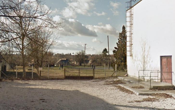 A Móricz Zsigmond utca 8-10. szám Iregszemcsén 2012-es Google Street View fotón, ahol a Deák Ferenc Általános Iskola található