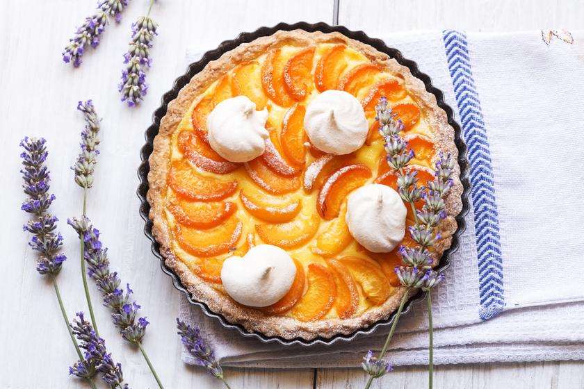 Sárgabarackos pite vaníliás krémmel: ez a tészta fantasztikusan omlós