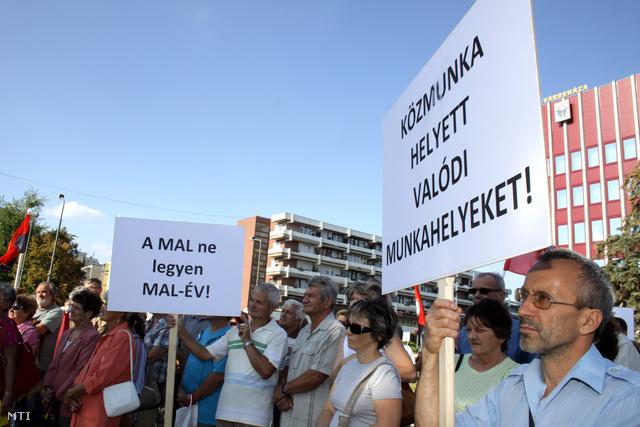 Szeptemberben az ajkai városháza melletti téren megtartott tüntetésen munkahelyük megtartásáért demonstráltak a Mal Zrt. dolgozói