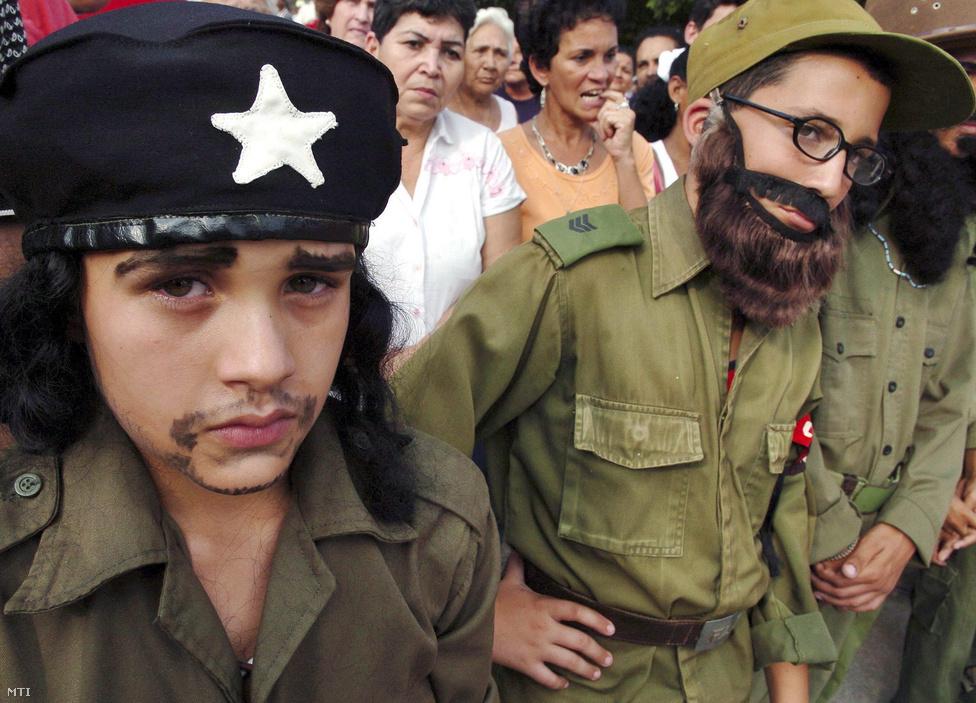 Gyerekek és a hadsereg veteránjai vonulnak fel a fővárosban 2007. január 8-án. Kubában ezen a napon ünnepelik a gerillaharcok utáni kommunista hatalomátvétel 48. évfordulóját.