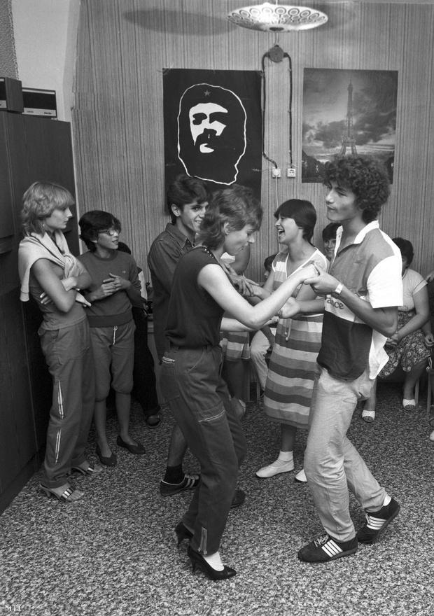 Budapest, 1983. július 18. Fiatalok szórakoznak a Siboney klubban a Havanna lakótelepen. Egy évvel ezelőtt alakult meg az első lakótelepi klub a Hazafias Népfront kezdeményezésére. Azóta húsz különböző klub létesült, 500 állandó taggal, amelyekben a tizenévesektől a nyugdíjasokig minden korosztály képviselteti magát.