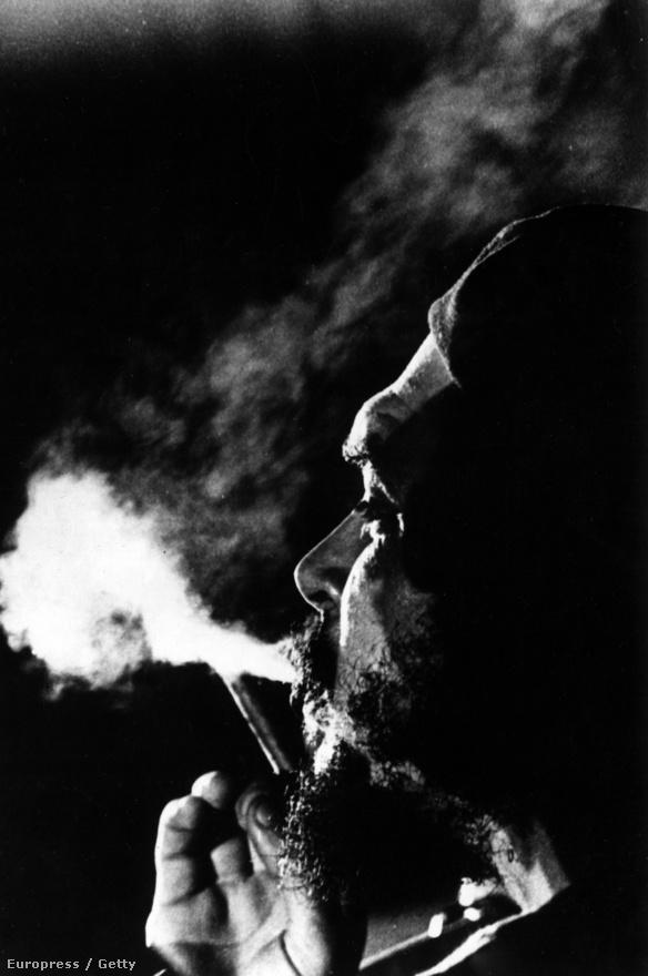 Szivarra gyújt a forradalom-exportőr. A kép az 1960-as években készült.