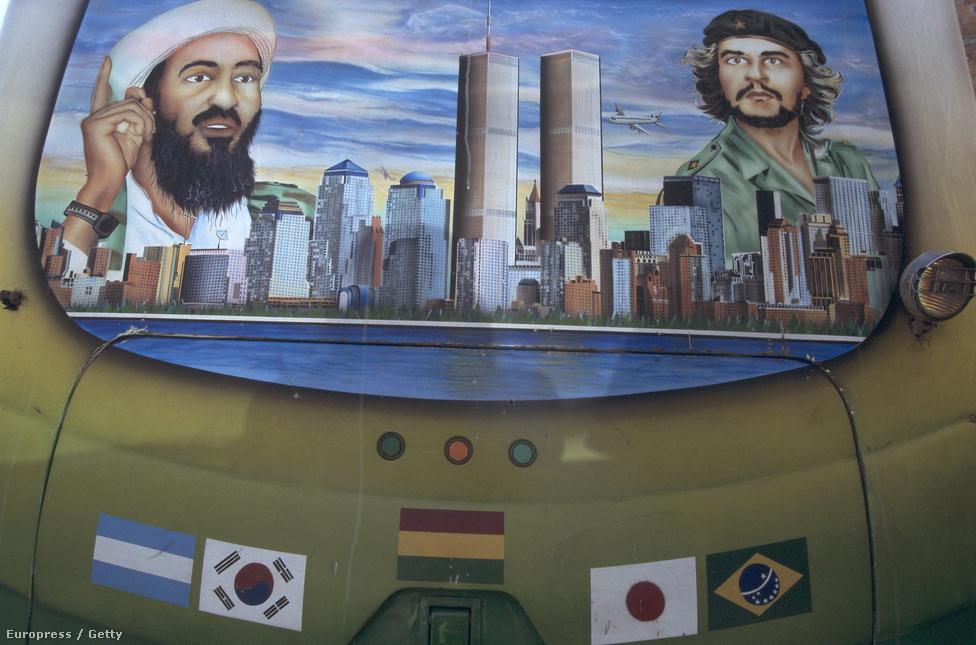 Ez a felvétel egy bolíviai buszmegállóban készült, valamikor az ezredforduló idején. A festmény Oszama bin Ladent és Che Guevarát ábrázolja.