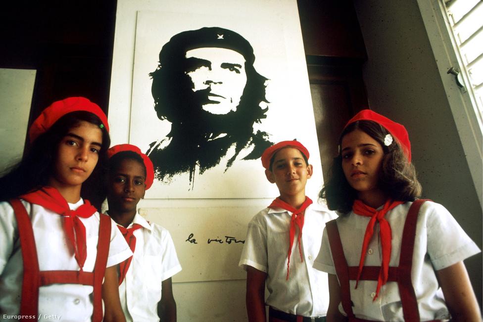 Kubai úttörők Havannában, Che Guevara képe előtt, 1978-ban.