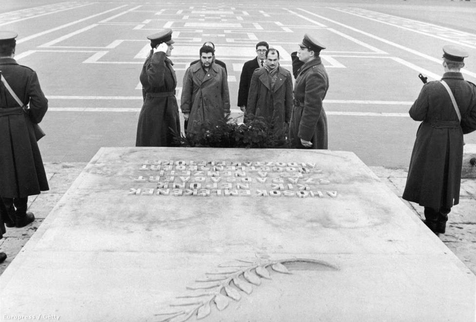 A kubai kormány delegációja a magyar hősök emlékművénél, 1960. december 18-án. A kubai Nemzeti Bank elnöke mellett ott áll Che Guevara is, aki abban az évben több szocialista országot is meglátogatott.