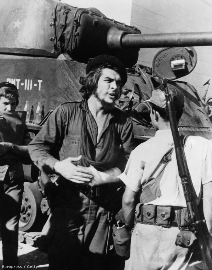 Ernesto Guevara őrnagyként vett részt a Santa-Clara-i összecsapásban, hogy eltávolítsák a hatalomból a diktátor Batistát. A castróista csapatok 1959. január 1-jén megnyerték a csatát: ez volt az a győzelem, ami hatalomra juttatta Fidel Castrót.