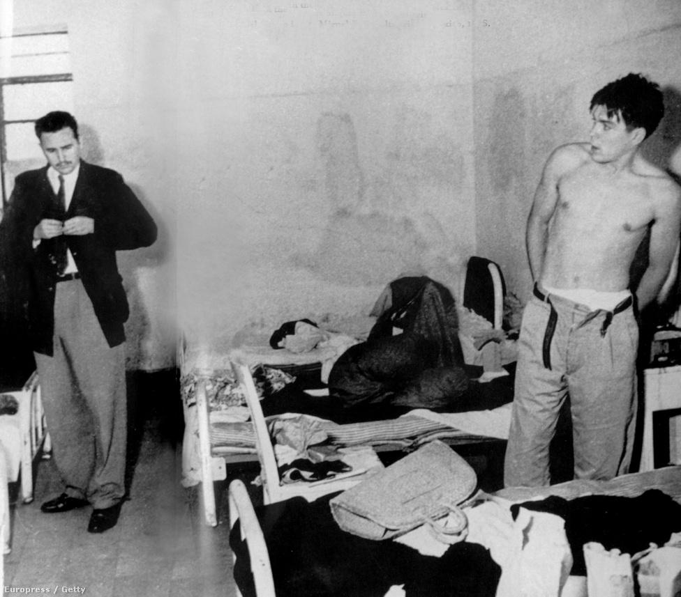 Fidel Castro és Ernesto Che Guevara a mexikói Miguel Schultz börtönben, 1956 nyarán. A mexikói rendőrség akkor tartóztatta le őket, amikor Kubába indultak volna. Valószínűleg ez az első kép, amin a diktátor és a forradalmár együtt látható.
