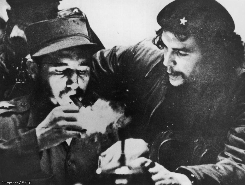 Fidel Castro szivarra gyújt, jobbján Che Guevara látható. A felvétel a kubai kommunista hatalomátvétel előtt, 1956 táján készülhetett.