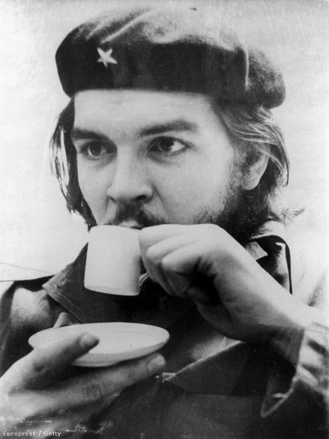 Ernesto Rafael Guevara de la Serna egy csésze kávéval, 1955 körül.