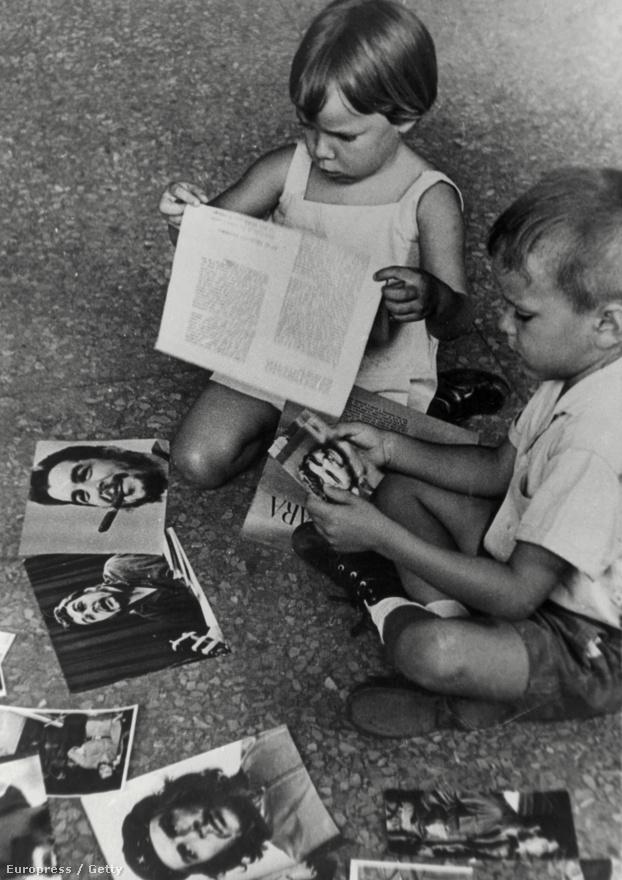 Gyerekek bámulják Guevara fotóit. A kép a hatvanas években készülhetett.