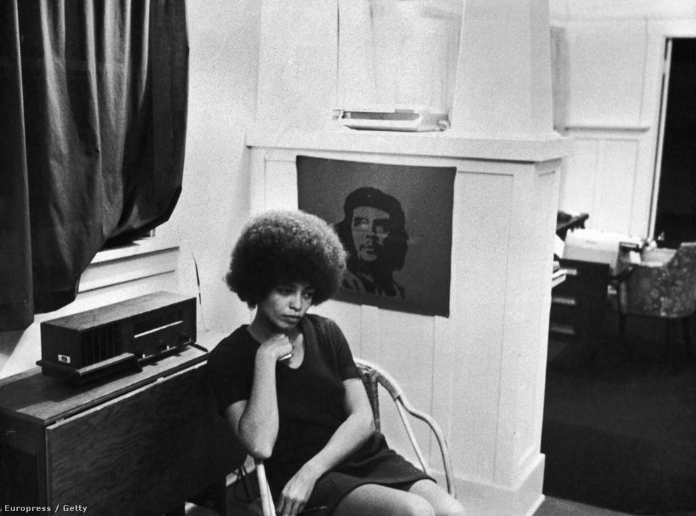 Az amerikai aktivista, Angela Davis Che Guevara kép előtt, 1969 november 27-én. Davis filozófiaprofesszorként dolgozott a UCLA-n, de kirúgták az állásából, miután csatlakozott az Amerikai Kommunista Párthoz.