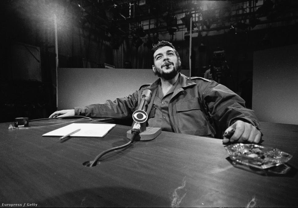 Che Guevarát Kubában a kommunista forradalom után az ország ipari miniszterévé választották, aki a CBS aktuális témákkal foglalkozó műsorában, a Face The Nationben is szerepelt. Az 1964. december 14-én készült fotón Guevara katonai egyenruhában szivarozva válaszolt a kérdésekre.