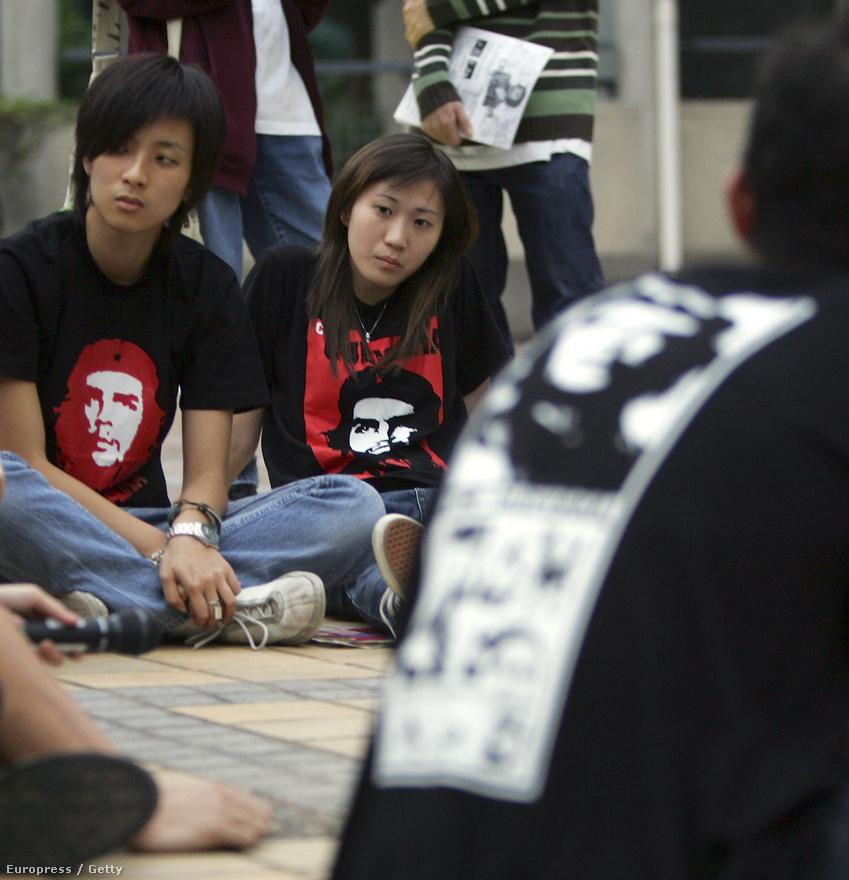A kínai Lingnan Egyetem diákjai egy, a Kereskedelmi Világszervezet elleni kampányban vettek részt Hong Kongban, 2005. november 28-án; itt tartották a szervezet hatodik miniszteri konferenciáját. A diákok Che Guevara arcképével díszített pólóban jelentek meg.