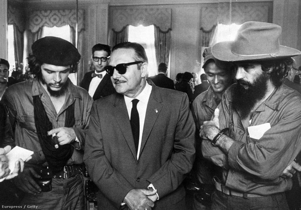 Camilo Cienfuegos, Manuel Urrutia és Che Guevara ünneplik Fidel Castro sikeres forradalmát.