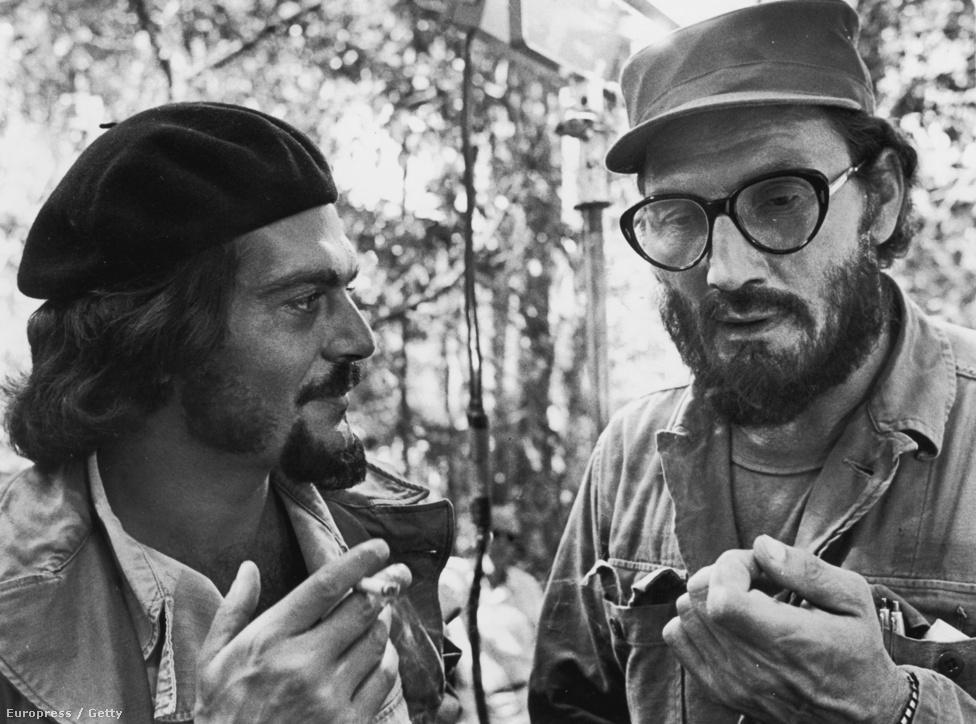 Jack Palance és az egyiptomi színész, Omar Sharif katonai taktikákat egyeztet; a jelenet Richard Fleischer Che! című filmjében látható. Che Guevara szerepét Sharif, Castróét pedig Palance játszotta.