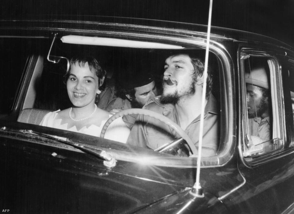 Che Guevara és második felesége 1959. június 2-án, az esküvőjük napján. A férfi özvegye a közelmúltban interjút adott a Casa de las Americas magazinnak, amelyben azt állította, hogy Che Guevara a híresztelésekkel ellentétben nem volt nőcsábász. A kép énhány hónappal a kommunista hatalomátvétel után készült. Guevara egy amerikai gyártmányú autót vezet; a gazdasági embargó miatt ezek közül sok a mai napig forgalomban van Kubában.