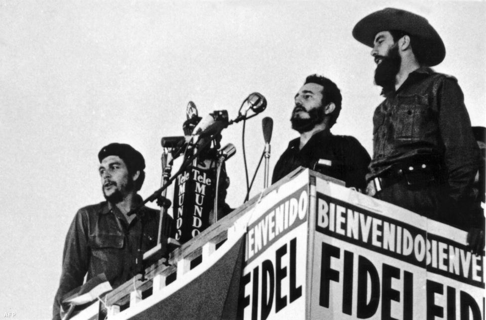 Fidel Castro, Kuba elnöke beszédet mond Havannában, 1959-ben. A diktátor jobbján Che Guevara, balján Camilo Cienfuegos áll.