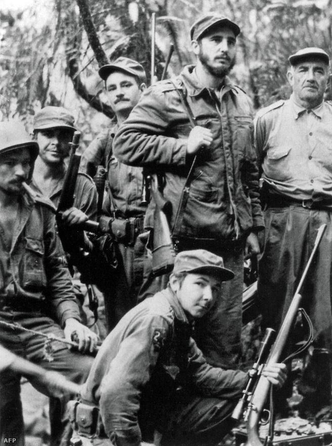 Fénykép az 1957-es gerillaháború idejéből. A kép alján Fidel Castro öccse, Raúl Castro, Kuba jelenlegi vezetője látható. A gerillák közül balról a második Ernesto Che Guevara.
