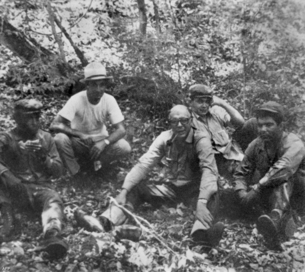 A középen látható kopasz, szemüveges férfi valószínűleg Ernesto Che Guevara, aki így áltcázta magát. A kép a bolíviai Nancahuazu közelében készült.