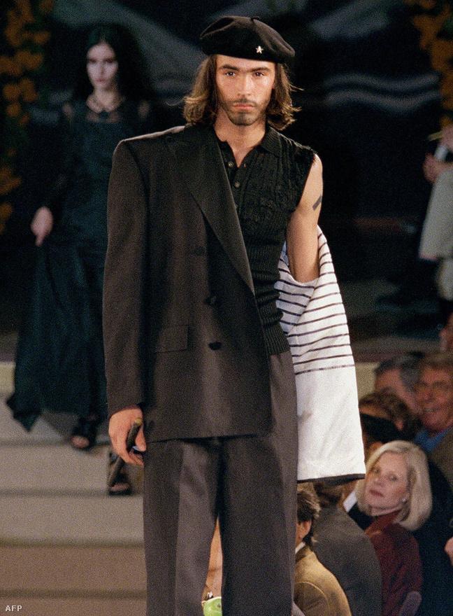 Che Guevarát imitálja az egyik modell egy párizsi divatbemutatón, 1997 október 17-én, ahol a francia divattervező, Jean-Paul Gaultier 1998-as tavaszi-nyári kollekcióját mutatták be.