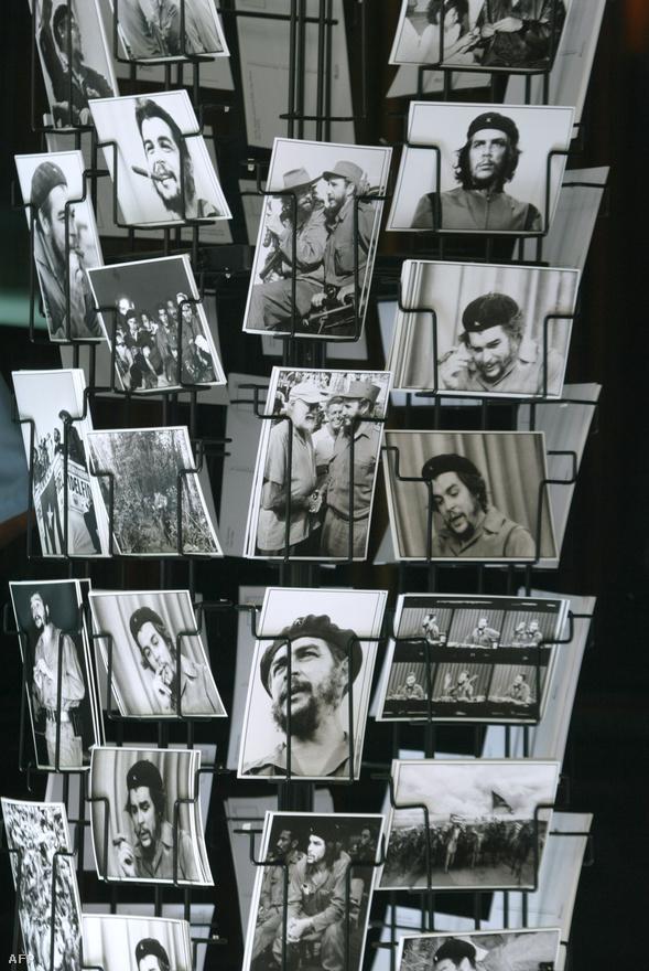 Noha Guevara elhagyta Kubát, hogy Latin-Amerikába exportálja a forradalmat, a kultusza még mindig erős a szocialista országban. Ezen a 2004-ben készült felvételen egy szuvenírbolt látható: az állványon Che Guevara arcképével díszített képeslapok találhatók.