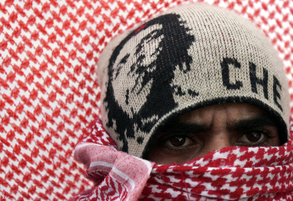 A Palesztin Felszabadítási Front egyik aktivistája Ramallahban, 2007. december 8-án. A szekuláris, nacionalista csoportot 1967-ben alapították, és azóta a Palesztin Felszabadítási Szervezet második legnagyobb csoportjává nőtte ki magát a palesztin elnök Fatah-frakciója mellett.