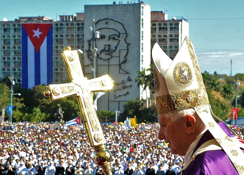 XVI. Benedek pápa a kubai fővárosban, a havannai Forradalom Téren. A pápa háromnapos látogatásra érkezett a kubai elnökhöz, Fidel Castróhoz. A háttérben látható az emblematikus épület, az oldalán Guevara arcképével.
