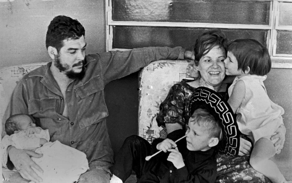 A forradalmár és családja. A hatvanas években készült fotón Guevara fiával, Ernesto Guevara Marchcsal az ölében ül, mellette a felesége és két másik gyereke, Camilo Guevara és Celia Guevara látható. Guevarát a mai napig hős forradalmárként ünneplik Kubában, amiért világszerte terjesztette a marxista forradalom eszméjét.