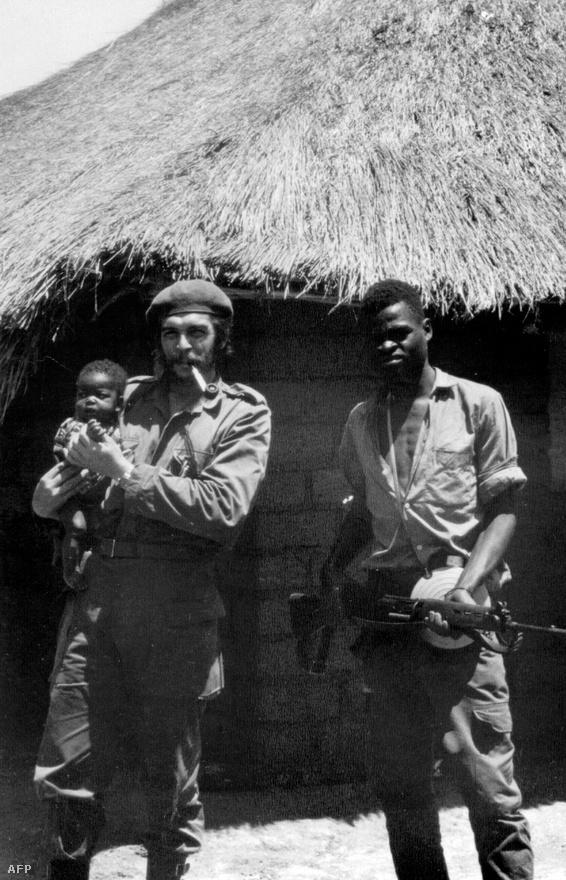 Che Guevara és egy afrikai fiatalember. A kép 1965-ben készült egy kongói kiképzőtáborban.