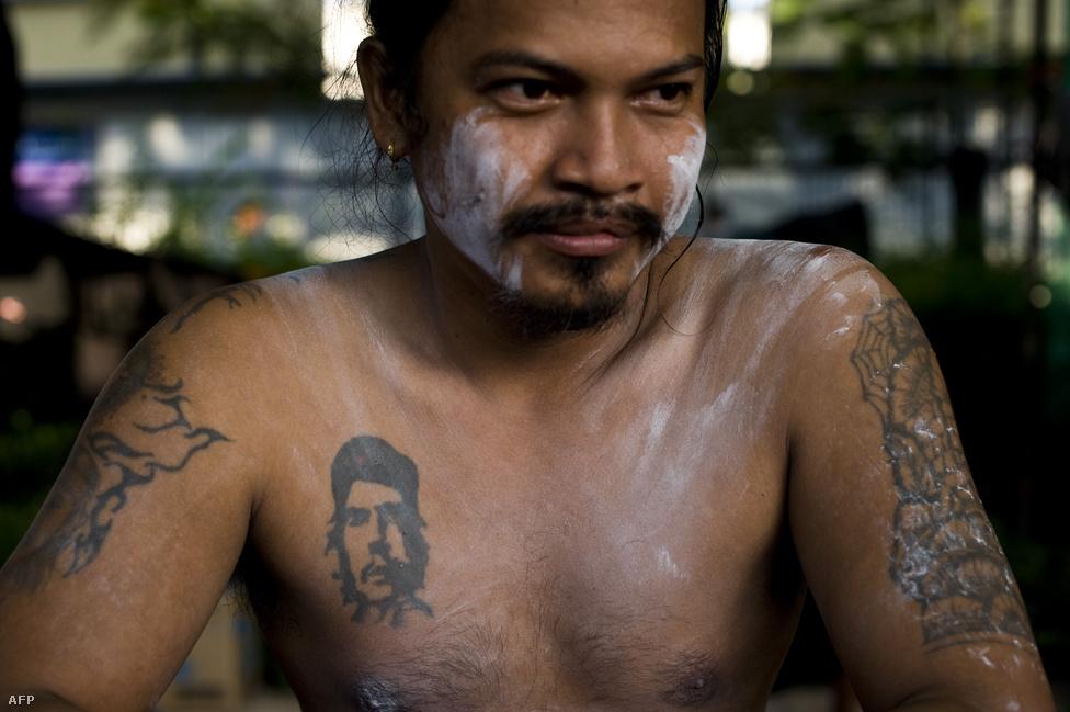 A bangkoki Red Shirt mozgalom egyik képviselője Che Guevara arcképét tetováltatta a mellkasára.